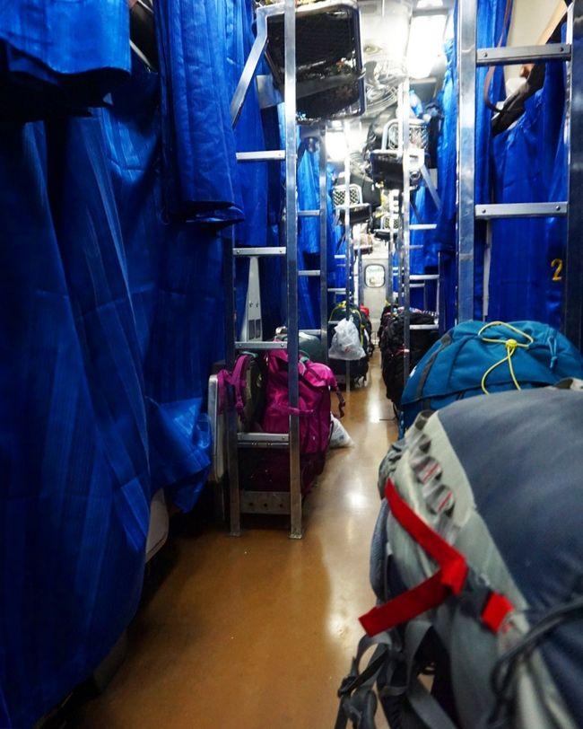 タイ、バンコクにあるマッサージ店SpaYukoの10周年記念ツアー第3弾の旅でチェンマイへ。<br />極寒の寝台列車から始まり、感動的なコムローイ、美しい寺院、気分爽快なジップラインと盛りだくさんの3泊4日。<br /><br />【1日目】<br />まずはSpaYukoで旅の腹ごしらえからスタート!<br />今回のメンバーは男性4人女性4人の8人とSpaYukoスタッフ1人の計9人。<br />SpaYukoのお客さん繋がりで集結。<br />腹ごしらえをしつつそれぞれ自己紹介を。<br />おもしろそうな方たちばかりでこれからの旅が楽しくなる予感にワクワク!!<br />いざ寝台列車でチェンマイへ!
