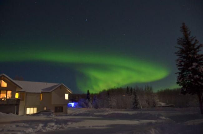 4歳娘、9歳息子を連れた年末年始のアラスカ旅行。<br />フェアバンクスではオーロラ鑑賞可能な宿泊施設に7泊滞在し、完全夜型生活に移行してオーロラ鑑賞に全精力を注ぎこみます。<br /><br />地球上でオーロラを見たいなら、アラスカの他にカナダのイエローナイフ、アイスランド、フィンランドのロバニミエ、ノルウェーのトロムソあたりが有名のようです。昼間に観光できることを考えると北欧が圧倒的に魅力的なのだけれど、この時期の北欧は天気が悪くオーロラ観測率は極めて低いらしい。そこで晴天率の高い北米とへと矛先が向かいますが、高いオーロラ観測率を誇るカナダのイエローナイフはオーロラ観測所まで高額な料金を払ってツアーで参加しないといけないらしく、子連れにはかなりきつそう。その点、アラスカのフェアバンクスはオーロラ観測可能な宿泊施設が多数あり、子供たちに暖かい室内でテレビでも見させながら親は時間制限なくオーロラ観測することが可能なのです。<br /><br />さて、あいぼん一家はオーロラを見ることができるのでしょうか~。<br /><br /><br />■航空券<br />2017年12月28日(木) DL166 17:25 成田 → 09:39 シアトル<br />2017年12月28日(木) AS331 12:10 シアトル → 14:54 アンカレッジ<br />2018年1月7日(日) AS128 01:14 フェアバンクス → 05:56 シアトル<br />2018年1月7日(日) DL167 12:00 シアトル → 15:45 東京<br />大人1人 子供2人で 383,720円 JTB海外航空券Webサイトで予約<br />12月30日発の大人1人分はデルタスカイマイルの特典航空券(ビジネス)<br /><br />■ホテル<br />12月30日~1月3日 Aurora Borealis Lodge Logan's Chalet 1458.00US$<br />1月3日~1月6日 Aurora & Debali View Apartment 1041.20US$<br />