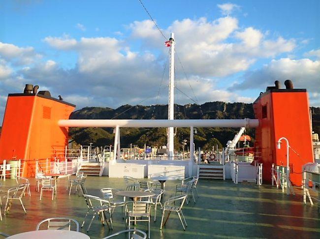 久里浜港の温泉で行き交うフェリー船が見えます…房総半島に行く時にはフェリー船に乗っていますが着く金谷港は通過点でした。で、`通過点`では申し訳ない?と金谷港/地区を[目的]に東京湾フェリー船で行くことに決めました(^^)  また、久里浜港の温泉では入浴回数券は`かなや温泉`でも使えることを聞きました! (富士山がくっきりと見えるので<富士山 from 東京湾フェリー船>の旅行記も投稿しました)<br /> 金谷港のMrフェリー係員は「鋸山も!」と言ったので登ってみました;晴天で三浦半島/富士山/伊豆大島/それに南房総国定公園(一部だけでしたが)、それに`徒歩`だったので浜金谷駅近辺/金谷漁港/金谷美術館//も興味深く感じましたし、かなや温泉にも入浴を (^o^)  また東京湾フェリー船も見ましたョ(いつもは-zzz-)。   <br /> <br />
