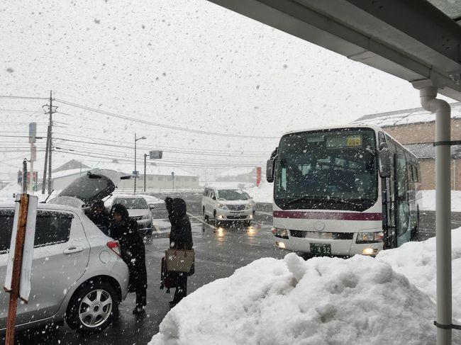 2月4日に催される、実家の法事に出席する為、数日前から現地の雪の状態を調べていた。<br /><br />1月末に大雪が降り、広島駅から石見田所駅まで田舎へ行く石見銀山号が不通になっていた。当時、広島から千代田IC間の中国縦貫道や千代田ICから大朝間の浜田自動車道が大雪の為通行止めになり、実家へ帰るバス等の通行止めであった。<br /><br />(雪の調査、バスの不通情報)<br />それから毎日、島根県道路ライブカメラや関係高速道路、JRと石見交通のバス運行状況を調べていた。高速道路を利用する石見銀山号が大雪で不通の場合、JRバスで大朝駅まで行き、そこで迎えの車を利用する為である。<br /><br />上の高速道路ではない下の道路は、生活道路として、雪を取り除くのは、高速道路より早いのでわないかと石見交通大田事務所で聞き、交通情報を調べていた。<br /><br />(いこいの村宿泊、三井ガーデンホテル広島泊と帰省)<br />帰省当日、雪が小降りであったので安心したが、3日夕刻から4日にかけて大雪が降ると言う現地天気予報に、法事後広島経由で予定道り東京に帰ることができるか心配していた。<br /><br />また、4日の夜、広島に泊まり、翌5日に東京へ帰京する予定であったので、4日のホテル予約についても、予約道り泊まることができるか心配していた。<br /><br />(付近の観光地)<br />石見銀山の一部。ここも石見銀山の表示がある。<br /><br />古事に出てくるヤマタノオロチの頭(龍岩神社)が飛んできた。<br /><br />近くに良い砂鉄が出る為、出雲産砂鉄とされた。<br /><br />著名な出雲の刀鍛冶「出羽氏」が刀を打っていたので「出羽」街がある。<br /><br />出雲族がこの地に来て眺めた高台が、「志都の岩屋」で神社の裏に周囲を広く見渡せる高台がある。<br /><br />日本一高台の 天空の駅「宇都井」がある(2018年3月31日で三江線が廃止され「宇津井駅」も閉ざされた。)。等<br /><br />