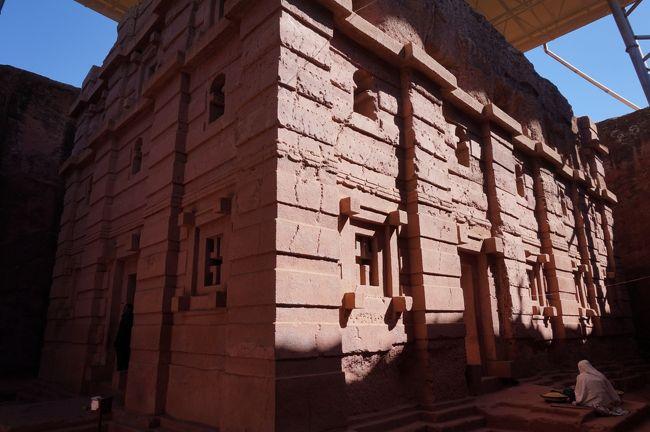 地球上で最も過酷な地・・と言われているダナキル砂漠と北エチオピアの歴史ある都市を、13日間のツアーにて巡ってきました。日程は下記。<br />1月12日 成田→香港経由→アジスアベバ<br />1月13日 アジスアベバ→バハルダール(泊)<br />1月14日 バハルダール→コンダール(泊)<br />■1月15日 コンダール→空路→ラリベラ(泊)<br />■1月16日 ラリベラ滞在 (泊)<br />1月17日 ラリベラ→空路→アジスアベバ(泊)<br />1月18日 アジスアベバ→空路→アクスム(泊)<br />1月19日 アクスムにてティムカット祭→メケレ(泊)<br />1月20日 メケレ→アハメッド・エラ(テント泊)<br />1月21日 アハメッド・エラ→エルタ・アレ山頂(野天泊)<br />1月22日 エルタ・アレ山頂→メケレ(泊)<br />1月23日 メケレ→空路→アジスアベバ<br />1月24日 アジスアベバ→香港経由→成田<br /><br />この旅行記は、岩窟教会群があることで知られるラリベラを掲載します。<br />表紙の写真は、ラリベラで一番美しいとされる聖エマニエル教会。<br /><br />