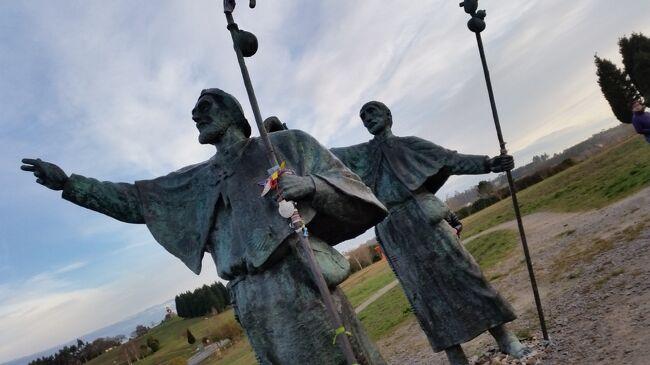 2018年2月5日(月)~12日(月)阪急交通社主催<br />「イベリア航空利用 北スペインの聖地サンティアゴ・デ・コンポステーラ観光付き決定版ポルトガル8日間」に参加しました。その1日毎の旅行記です。主な日程は下記の通りです。<br />2月5日(月)成田発 イベリア航空 マドリッド乗り継ぎ<br />       サンティアゴ・デ・コンポステーラ着・泊<br />6日(火)≪サンティアゴ・デ・コンポステーラ観光≫ <br />     〇歓喜の丘◎カテドラル〇オブラドイロ広場 <br />     ≪ヴィアナ・ド・カステロ散策≫ ポルト泊<br />7日(水)≪ギマランイス観光≫◎ブラガンサ公爵館<br />     ≪ポルト市内観光≫◎サンフランシスコ教会<br />     〇ドン・ルイス一世橋◎ポートワイン工場〇サン・ベント駅 <br />     ◎ポルト市内自由行動 ポルト泊<br />8日(木)≪コインブラ観光≫〇コインブラ大学〇カテドラル<br />     ≪トマール市内観光≫◎キリスト教修道院<br />     ≪ナザレへ≫〇シティオ地区 ナザレ泊<br />9日(金)≪カルダス・ダ・ライーニャ≫〇朝市<br />     ≪オビドス散策≫≪〇ロカ岬観光≫≪リスボンへ≫ リスボン泊<br />10日(土)≪リスボン市内観光≫〇ベレンの塔〇発見のモニュメント<br />      〇ジェロニモス修道院<br />     ≪旧市街散策≫〇ロシオ広場〇アウグスタ通り≪自由行動≫<br />     リスボン泊<br />11日(日)リスボン空港へ、イベリア航空利用マドリッド乗り継ぎ帰国<br />12日(月)成田へ お土産紹介<br /><br />