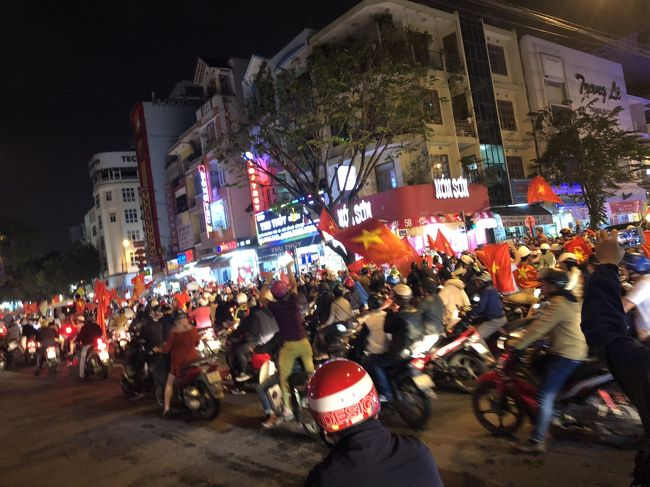 恒例の陸路縦断研修旅行。2018年はベトナム中部から南ラオス、タイの南イサーンを通ってバンコクに向かうルート。3回目はベトナム中部の世界遺産ホイアンで遅めの昼食をとった後、ダナンへ。そこで偶然に起こったイベントによる夜のダナンの異様な光景と在住日本人に連れられたディープな夕食をいただきました。