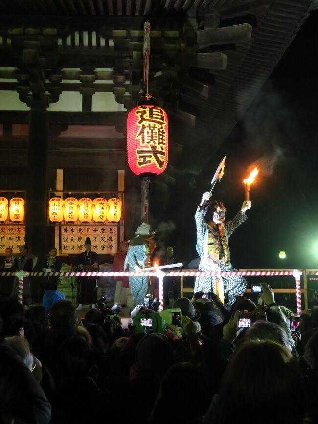 台北から関空に戻るタイガーエアの機内誌で春日大社の燈籠祭が紹介されていて、ちょうどその日に京都に宿泊するので見に行きました。道すがら興福寺の豆まきに参加できる整理券も入手したのでこれも参加。寒波の訪れていた日本、日が落ちてからは冷え込みが厳しくて、正直早く終わらないかなぁ、と見ていました。豆まきのイベントは豆をまくだけではありませんでした。