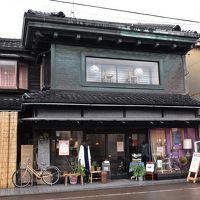 伝統的な建築様式「こまつ町家」と紅葉の那谷寺奇岩遊仙境(石川)