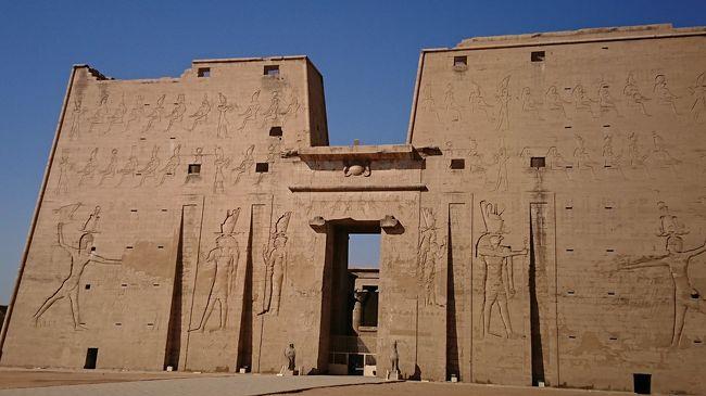 クラブツーリズムの【魅惑のエジプト周遊8日間】に参加して来ました。<br />5日目 朝食後の涼しいうちにコム・オンボ遺跡を見学しました。<br />船を降りるとすぐに遺跡で、珍しい二重構造の神殿をゆっくり見学しました。<br />一旦、船に戻ってマネージャーの案内で船内ツアーにに参加。操舵室まで案内されてとても楽しかった。<br />ランチの後はエドフのホルス神殿まで馬車でいきました。<br />ホルス神殿には駐車場ならぬ駐馬車場がありました。<br />夕方はサンデッキでのティーサービス、紅茶と焼き菓子のサービスがありました。<br />終了後は現地ガイドのモスタファさんを囲んでエジプト勉強会。<br />夕食の後はラウンジでガラベイヤパーティーが開かれました。<br />