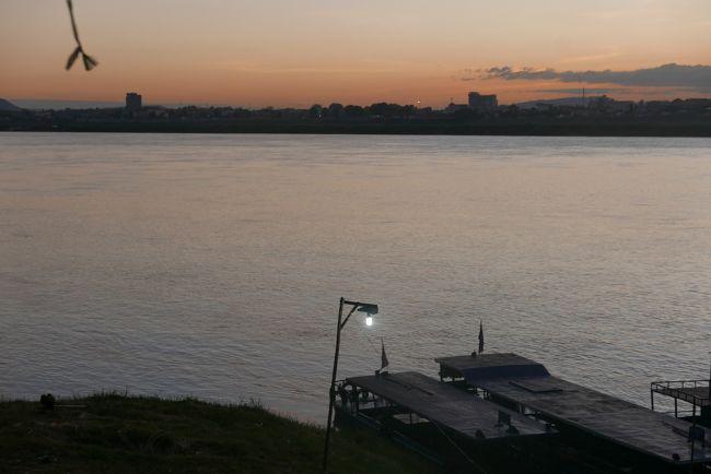 タイのウボンラチャターニーまで来たなら、せめてメコン川は見ておきたい。<br />そしてメコン川に沈む夕日が見たい。<br />メコンの夕日を見るには対岸のラオスに渡らないといけない。<br />そんなわけでタイのムクダハンを経由しラオスのサワンナケートに向かった。<br /><br />サワンナケートはラオス中部に位置し、タイのムクダハンとはメコン川を国境とし、ベトナムとタイを結ぶ物流・交通の要所でもあるが、フランス植民地時代の建造物を残す街並みが少し残っているだけで、観光的にはみるべきものも少なく静かな都市であった。<br /><br />11/28   自宅出発<br />11/29 バンコク<br />11/30 ウボンラチャターニー<br />12/01   ウボンラチャターニー<br />12/02 ウボンラチャターニー⇔カオ・プラ・ウィハーン<br />12/03★サバナケート<br />12/04★サバナケート<br />12/05 ムクダハン<br />12/06 ムクダハン<br />12/07 ナコンラチャシーマ<br />12/08 ナコンラチャシーマ<br />12/09 ナコンラチャシーマ<br />12/10 バンコク<br />12/11 バンコク<br />12/12 帰国<br /><br />【レート】THB1000≒JPY3430   LAK1000≒JPY13<br />