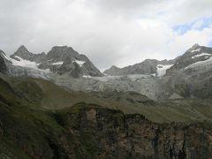 曇天の中、ツェルマットからトリフト小屋(2337m)まで歩く