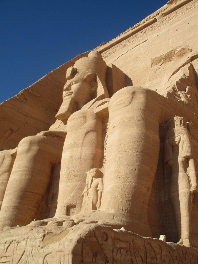 かつて学校の世界史でがっつり勉強した古代エジプト。<br />世界ふしぎ発見!でもおなじみでした。<br />そんな古代エジプトの遺跡の数々を、いつかこの目で見てみたいと思いつつ、安全性が気になり先送りになっていましたが、今回思い切って行ってみることにしました。<br /><br />調べてみると個人旅行はちょっとハードな感じなので、ツアーを検討することに。<br />団体ツアーが苦手なので、少人数制ツアーをやってるファイブスタークラブに申し込んでみました。<br /><br />ルクソールから始まり、クルーズ船でナイル川を上り、経由地で観光しつつアブシンベルへ。<br />最後にカイロ・ギザを観光するという9日間です。<br /><br />2/3成田空港発<br />2/4ドバイ→カイロ→ルクソール<br />2/5ルクソール東岸<br />2/6ルクソール西岸<br />2/7エドフ・コムオンボ<br />2/8アブシンベル・アスワン<br />2/9カイロ<br />2/10カイロ<br />2/11カイロ→ドバイ→羽田空港