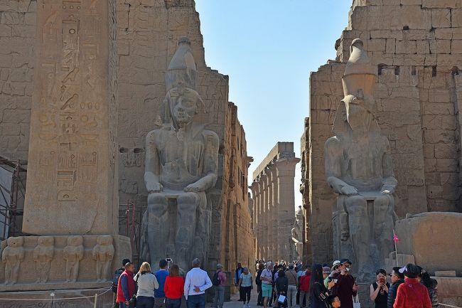 今年の冬も、「寒い日本を脱出して、現地も冬であるが日本ほどには寒くなく、夏には暑すぎて行けない国へ旅行する」という考えに基づいて、エジプト旅行に行ってきた。昨年は同じ考えから1月にメキシコへ、その前には2月にインド・スリランカへも行っている。<br /><br />(旅行のポイント、選んだツアーについては、このシリーズ第1回目をご覧ください)<br /><br />日程は、以下の通り。クルーズ船には2~5日目の4泊し、6日目はカイロ泊。<br /><br />1日目:夜成田発、機内泊<br />2日目:早朝カイロ着、カイロ~ルクソール国内便、ルクソール東岸観光、アマルコⅡ乗船<br />3日目:ルクソール西岸観光<br />4日目:ルクソールからアスワンに移動の途中に、ホルス神殿・コムオンボ神殿観光<br />5日目:イシス神殿・アブシンベル神殿観光<br />6日目:アスワン~カイロ国内便、ギザのピラミッド群観光<br />7日目:カイロ市内観光(エジプト考古学博物館見学を含む)、夜カイロ発、機内泊<br />8日目:夜成田着<br /><br />訪れる世界遺産は、以下の4個所となっている。<br /><br />・古代都市テーベとその墓地遺跡(2・3日目)<br />・アベシンベルからフィラエまでのヌビア遺跡群(5日目)<br />・メンフィスとその墓地遺跡-ギザからダハシュールまでのピラミッド群(6日目)<br />・カイロ歴史地区(7日目)<br /><br />第2回目は、カルナック神殿の後に訪れたルクソール神殿観光の模様と、ナイル川クルーズ船アマルコⅡへの乗船(チェックイン)、オプショナルツアーの帆船ファルーカでの遊覧と馬車に乗ってのルクソールの街巡りの様子となる。<br /><br />