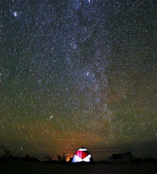 タッシリホガー4泊5日のキャンプ旅の後半。<br /><br />タッシリホガー、最後の夜。不時着したUFOに見えなくもない、派手なテント。正しく、アフリカの大地の鼓動を感じながら、星に抱かれて寝る・・・至福だ~!