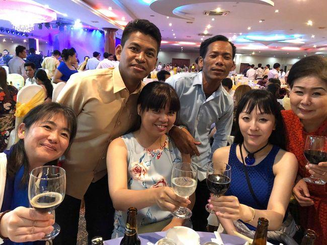 お客さんと料理教室の生徒さんで行く「グルメツアーを開催」今回は、一昨年訪問したアンコールワットに別のお客さんと行くことに、今回はガイドさんの結婚式に立ち会う「先発隊」と1日遅れの「後発隊」に分かれてのツアーです。<br /><br />三回目は、いよいよ「後発隊」が、無事にカンボジアに入って合流。クメール料理の最高級レストランでクメール料理をいただいた後、昼間の結婚式の2次会パーティに乱入しました。