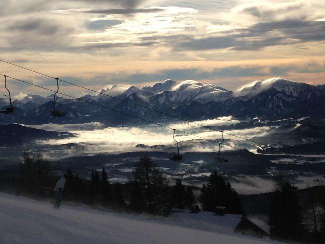 欧州オーストリアスキー Day 4<br /><br />前日のイタリア・スロベニアスキーがとても良く満足してしまったので、今日は行くかどうか躊躇していた。 おそらくそれでスキーの気が散ってしまったようで、痛恨のミスをしてしまった。 デジカメのメモリカードを車に忘れるという致命的ミスを! しかもスキー滑走記録をアプリで取っているiPhoneの充電も不充分。 いろいろ葛藤している間に風が強くなりリフトが低速運転に・・・バッテリーを取りに戻ったら、リフト乗り場がえらい事になっていたので、そのまま断念! なんてこったパンタこった!!<br /><br />で、ミュンヘンへ戻る途中は大雪になって、タイヤチェーン(持ってない)が必要になるような雪の降り方をしてくるし・・・苦行だーっ!<br /><br />レポートはこちらへどうぞ<br />http://soleil1969.com/ski/1718auit/1718_ge.html<br />http://soleil1969.com/ski/skitop.html<br /><br />■旅程<br />Day1<br />12/29 名古屋8:15→(JL3082)→9:25成田11:00→(JL407)→15:15フランクフルト18:15→(LH116)→19:10ミュンヘン レンタカー→23:10ザルツブルグ(墺)<br />Day2<br />12/30 ザルツブルグ観光→15:30発→18:00シュピッタル アン・デア ドラウ(墺)<br />Day3<br />12/31 メルターラー・グレッチャースキー場 → マルニッツ(墺)<br />Day4<br />1/1 アンコゲルスキー場 → フィラッハ(墺)<br />Day5<br />1/2 セッラ・ベヴェア/ボベッツスキー場(伊・スロベニア) → フィラッハ(墺)<br />Day6<br />1/3 ゲリツィンスキー場 (墺)→ミュンヘン(独)<br />Day7<br />1/4 ミュンヘン観光 → ミュンヘン21:00→(LH123)→22:05フランクフルト(独)<br />Day8<br />1/5 フランクフルト観光(独)→ フランクフルト19:30→(JL408)→<br />Day9<br />1/6 14:50成田16:55→(JL3005)→18:15伊丹 → 神戸<br />Day10<br />1/7 神戸観光 →(新幹線)→帰宅<br /><br />■航空券<br />・JAL 特典航空券 85,000mile (ビジネス)<br />・ルフトハンザ \27,997 (エコノミー)<br />