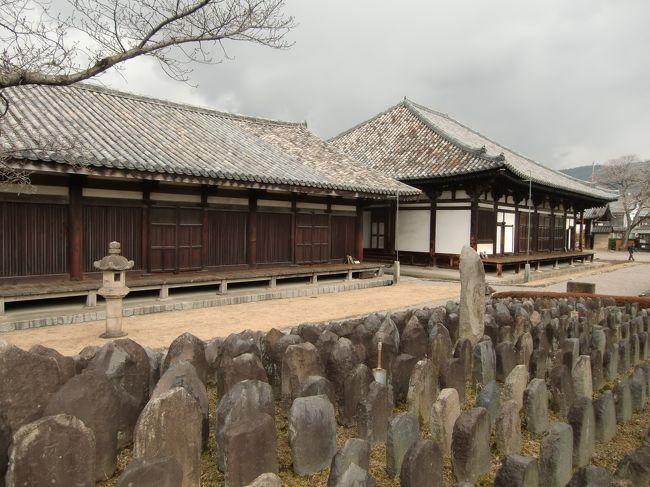 元興寺の前身は6世紀末蘇我馬子によって開かれた法興寺(明日香村にある飛鳥寺)です。<br />法興寺が平城遷都に伴い718年に新築移転されたのが元興寺です。<br />現在では伽藍の大半が「ならまち」の下に埋もれています。<br />当時は金堂、講堂、塔、僧房等が立ち並んでいましたが、現在では僧房の一画が唯一現存しているのみです。