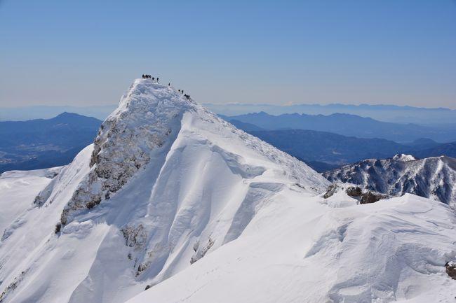 去年登ってメロメロにさせてくれた谷川岳。<br /><br />今年雪山デビューした友人が登りたいとの事なので、また今年も登っちゃいました。<br /><br />朝はガスってましたが途中からどピーカンになり、さいっこうな雪山歩きができました。<br /><br />絶対また登っちゃう♪<br /><br /><br />【コースタイム】<br />6:05谷川岳ロープウェイ駐車場⇒8:17ラクダの背8:30⇒10:25トマの耳10:35⇒10:46谷川岳山頂(オキの耳)11:05⇒11:25肩の小屋(昼休憩)12:12⇒13:50天神平<br /><br />ちなみに去年の谷川は<br />http://4travel.jp/travelogue/11226394<br /><br />他の雪山登山は<br />蓼科山<br />https://4travel.jp/travelogue/11333052<br />入笠山<br />https://4travel.jp/travelogue/11325390<br />唐松岳<br />https://4travel.jp/travelogue/11235118<br />黒斑山<br />http://4travel.jp/travelogue/11219079<br />東天狗岳<br />http://4travel.jp/travelogue/11210055<br />黒斑山<br />http://4travel.jp/travelogue/11111982<br />武尊山<br />http://4travel.jp/travelogue/11109580<br />霧ヶ峰(車山)&北横岳<br />http://4travel.jp/travelogue/11095764<br />赤城山<br />http://4travel.jp/travelogue/11090094