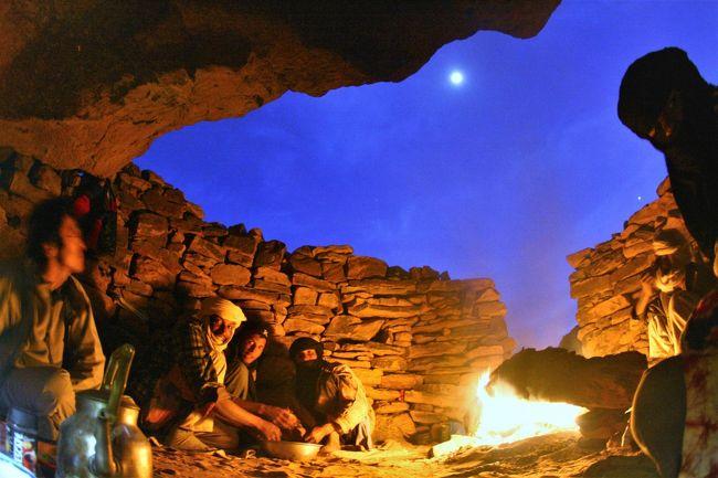 タッシリナジェール・トレッキング6日目。最終宿泊地のジャバレンに向かう。<br /><br />最後の晩は、タッシリナジェールの洞窟で盛り上がったぜ!<br />焚火の炎の影響で、変な色の写真になってしまった。