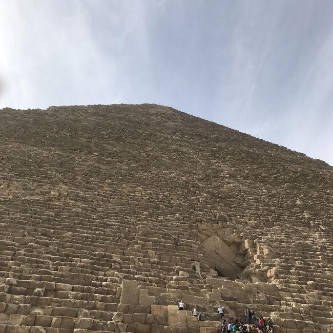 小学生の頃から来たかった地 エジプト<br />夢見た地に立つまでに半世紀<br />私の半世紀はそれなりに長い期間だったけど…<br /><br />ここは、カイロ・ギザ<br />5000年の歴史を前にして<br />スリリングな旅で、毎日、緊張かつ興奮している最中です。<br /><br />ピラミッドにパワーを貰い<br />現地での旅行記アップを初めてしてみたくなりました。<br />ピラミッド大きいです!<br />やっぱり興奮しています。<br /><br /><br />