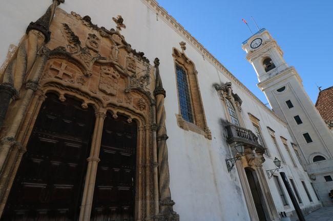 美しいアゲダのアンブレラスカイプロジェクトを堪能いたしました。<br />なんてカラフルなお祭りなんでしょ!?<br />大満足のアゲダを出発し、次なる目的地はアゲダから車で約1時間のコインブラ!!<br /><br />【旅の3日目午後でっす】<br />ポルトガル屈指の大学都市コインブラへ到着しました。<br />ここのコインブラ大学はポルトガル国内で最古の歴史と伝統を誇る大学でして、その大学自体がコインブラで一番の見所なんですわ(*´-`)キタイデキソウ<br /><br />まずは大学近くの水道橋にコインパーキングがあったので、車を停めていざ出陣!!<br /><br />コインブラ大学の学生は黒いマントを纏っていて、男子学生のマントの裾がボロボロに切れてる方がモテる証拠なんだとか( ゚ 3゚)ン,ナンデ?<br />女の子が好きな男子学生のマントの裾を歯で噛みきる習慣なんだとΣ(゚◇゚;)エッ!?ハガオレナイノ?←ソッチ?<br />学内に入ると、やっぱりちらほらと黒マントの学生がいる♪<br /><br />一応、裾はボロボロだったけどモテそうもない奴だった(|||´Д`)ウウウ<br />自分でやったと思われます。<br /><br />学内は見学に9ユーロ必要でして、一番のハイライトであるジョアニナ図書館は入場時間も決められます。<br /><br />指定された時間まで、少し時間があったので先に周辺の見所から攻めてみようヽ(゚∀゚ヽ)イケー<br />まずはラテン回廊。まわりにはポルトガルらしくアズレージョのタイル貼りでした。<br />ラテン回廊では学生たちは、ラテン語で話すことを義務とされたようですが、ここはポルトガルですから自動的にラテン語じゃないかよ(¬_¬)ナーンダ<br /><br />ラテン回廊からは、帽子の間に上がることができます。<br />帽子の間は卒業式にあたる学位授与のセレモニーとかに使われる広間。<br />天井や廊下の装飾がとっても素晴らしくて、惚れ惚れする出来映え。<br />ここで卒業式なんて、どんなに凄いでしょうなぁ(^o^;)<br /><br />コインブラ大学は丘の上に建っているので、大学のテラスからの眺望はそりゃまた絶景でした。<br />ポルトのドンルイス一世橋からも最高の景色でしたが、ここも素晴らしいもの。<br />ポルトガルって勾配、傾斜がある土地だから高台からの景色はどこも素晴らしかった(`・∀・)bグッジョブ<br />そしてかなりファンシーな色使いの礼拝堂で拝ませて頂いた後に、とうとうやって来ました。<br />私の時間。<br />そうジョアニナ図書館の見学指定時間です!!<br />↑<br />大げさだなぁヽ(゚∀゚ヽ)ウオー<br /><br />まぁ、これが目的でコインブラに立ち寄ったようなものなので相当テンションも上がってます♪<br />このジョアニナ図書館とは、色んなメディアでも紹介されていて、かなり有名なんですが世界一美しい図書館と言われているんです。<br /><br />なんかポルトで似たような売り言葉の本屋さんにも寄った気もするが、こちらは正真正銘の世界一の美しさ!!(゚∀゚*)キター<br />だって世界遺産ですもの( *´艸`)ウフフ<br /><br />ジョアニナ図書館が有名なのは、もう1つ理由がありましてですね、映画美女と野獣に登場したと噂されるから。<br />醜い野獣に姿を変えられてしまった王子が、エマ・ワトソン扮するベルと少しずつ心の距離を縮めるのがお城の本がきっかけ。<br />お城にあるたくさんの本が置かれていた場所が、このジョアニナ図書館とそっくりなのです。<br />↑<br />なんだか細かすぎて自分でもキモい<br /><br />その子供向けのディズニー映画のことが無くても、きらびやかな金泥細工の装飾の図書館は、そりゃもうな訳ですよ。<br />なんだか異空間に来たかのような気持ちで見学してました♪<br /><br />あー、コインブラ大学。<br />もう一回ジョアニナ図書館入りたい(´- `*)マタイツカコヨウ