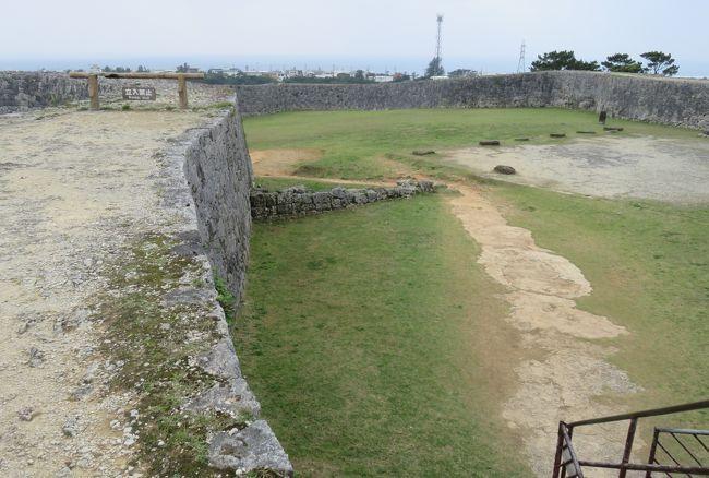 2018春、沖縄の名城巡り(10/28):3月9日(9):座喜味城(2):礎石、高石垣、三角点、城壁上からの眺望、琉球松林