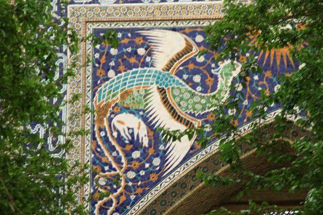 ヒヴァを発ち、まっすぐな砂漠の道をひた走って目指すのは歴史的な街、ブハラ。<br />イラン、ホラズム、フェルガナ、アフガニスタンの東西南北の交通のかなめとして、イラン=イスラム文化の中心地として、古くから重要な都市の役割を果たしてきたのだそうだ。そしてなによりも、イブン・シーナ(アヴィケンナ)の生まれた町なのである。各方面からこの進んだ文化の中心に学問を学ぶため多くの人がやってきたのだそうだ。次の年に訪れた、イランのヤズドが酷似していたのでそういうと、イラン人曰く「だってブハラはイランの一部なんだから」。<br /><br />今回思い出をたどりながらの旅行記をまとめるにあたり、だいぶ忘れているのであれこれ調べながらなのですが、なんとびっくり。今はビザ不要になったんですね。これは行き時ですよ、みなさん。<br /><br />4月25日 <br /> 成田      ウズベキスタン航空(直行)<br /> タシケント   ウズベキスタンホテル泊<br /><br />4月26日<br /> タシケント   ウズベキスタン航空(国内便)<br /> ウルゲンチ   手配タクシー<br /> ヒヴァ     マリカ・ヘイヴァク泊<br /><br />4月27日<br /> ヒヴァ     マリカ・ヘイヴァク泊<br /><br />【4月28日】<br /> ヒヴァ     手配タクシー<br /> ブハラ     コミル泊<br /><br />4月29日<br /> ブハラ     手配タクシー<br /> (シャフリサーブス経由)<br /> サマルカンド  セヴァラホテル泊<br /><br />4月30日<br /> サマルカンド  セヴァラホテル泊<br /><br />5月1日<br /> サマルカンド  シャルク号<br /> タシケント   ウズベキスタン航空(直行)<br /><br />5月2日<br /> 成田