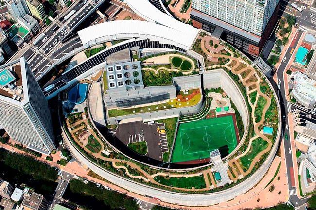 目黒天空庭園は、首都高速3号渋谷線の大橋ジャンクションの屋上に2013年3月30日にオープンした面積:約7,000㎡、高低差24m、幅16m~24m、延長距離は約400メートル、平均勾配約6%のループ状の庭園です。<br /><br />アクセスは、東急田園都市線池尻大橋駅下車すぐ、庭園内には様々な植物が植えられていて、東口広場、四季の庭、遊びの広場、くつろぎの広場、潤いの森、西口広場、アプローチ広場、もてなしの庭、奥の庭、コミュニティスペースなどのエリアに分かれています。<br /><br />■目黒天空庭園オーパス夢ひろば<br />http://www.city.meguro.tokyo.jp/shisetsu/shisetsu/koen/tenku.html<br /><br />■旅行記<br />【東京散策78-2】 桜満開となった大混雑の目黒川を早速歩いてみた ≪昼編≫<br />https://4travel.jp/travelogue/11341655<br />【東京散策78-3】 桜満開となった大混雑の目黒川を早速歩いてみた ≪夜桜編≫<br />https://4travel.jp/travelogue/11341744<br />【東京散策78-4】 TOKYO MIDTOWN BLOSSOM<br />https://4travel.jp/travelogue/11342932<br />