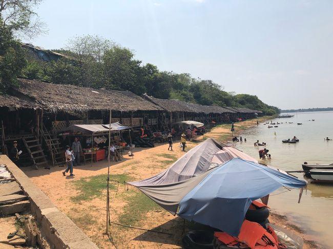 お昼ご飯は、シェムリアップ 空港の近く、西バライという巨大なため池の側に行きました。<br />ここには、地元の人が休日を過ごす、海の家のような涼み小屋があります。<br />周囲に屋台がたくさん並んでいて、<br />そこで料理やビールを調達することができ、<br />のんびり過ごすことができます。<br /><br />ローカルの方たちの愉しみ方を体験していただくために、<br />ここで休憩を兼ねてお昼ご飯を食べました。<br /><br />お昼ごはんの後は、郊外のパンテアイスレイ遺跡を見学しました。