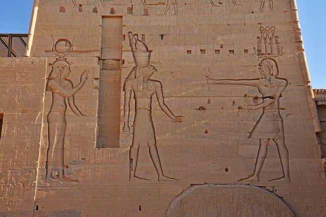 第6回目は、クルーズ4日目(ツアー5日目)朝アスワンに到着後、午前中のイシス神殿見学と、午後のアブシンベル神殿見学のための砂漠横断のバスの旅の模様となる。今回の旅行の全体像は以下の通り。<br /><br />・・・・・・・・・・・・<br /><br />今年の冬も、「寒い日本を脱出して、現地も冬であるが日本ほどには寒くなく、夏には暑すぎて行けない国へ旅行する」という考えに基づいて、エジプト旅行に行ってきた。昨年は同じ考えから1月にメキシコへ、その前には2月にインド・スリランカへも行っている。<br /><br />(旅行のポイント、選んだツアーについては、このシリーズ第1回目をご覧ください)<br /><br />日程は、以下の通り。クルーズ船には2~5日目の4泊し、6日目はカイロ泊。<br /><br />1日目:夜成田発、機内泊<br />2日目:早朝カイロ着、カイロ~ルクソール国内便、ルクソール東岸観光、アマルコⅡ乗船<br />3日目:ルクソール西岸観光<br />4日目:ルクソールからアスワンに移動の途中に、ホルス神殿・コムオンボ神殿観光<br />5日目:イシス神殿・アブシンベル神殿観光<br />6日目:アスワン~カイロ国内便、ギザのピラミッド群観光<br />7日目:カイロ市内観光(エジプト考古学博物館見学を含む)、夜カイロ発、機内泊<br />8日目:夜成田着<br /><br />訪れる世界遺産は、以下の4個所となっている。<br /><br />・古代都市テーベとその墓地遺跡(2・3日目)<br />・アベシンベルからフィラエまでのヌビア遺跡群(5日目)<br />・メンフィスとその墓地遺跡-ギザからダハシュールまでのピラミッド群(6日目)<br />・カイロ歴史地区(7日目)<br /><br />
