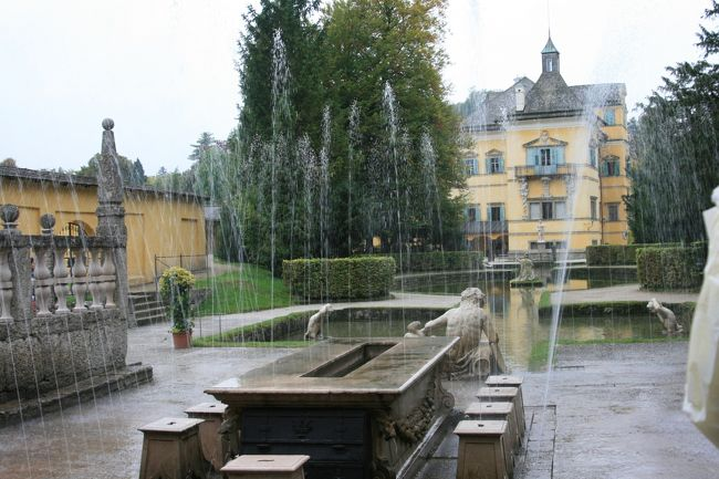 9月30日 先日のツアーでは外観のほんのさわりだけでした。<br />今日はツアーに参加して噴水を浴びながら楽しみました。<br />戻って市内観光をしました。<br />ザルツブルグ大聖堂、コレーギエン教会、ザンクト・ペーター教会、最後に美しいゲトライデカッセを歩きました。