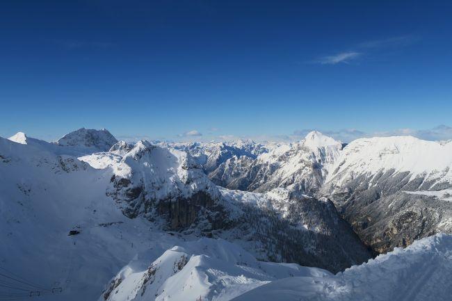 欧州オーストリアスキー Day 3 念願のイタリア・スロベニアスキーに来た!<br /><br />セッラネヴェアスキー場だ!このスキー場はゲレンデトップでスロベニアのボベッツスキー場と接続していて、相互乗入ができるスペシャルなスキー場。(欧州はスイス・フランス、イタリア・スイス、イタリア・フランス、スイス・オーストリーと乗入れができるスキー場がいくつかある。)<br /><br />そのイタリアサイド、セッラネヴェアスキー場に来た。<br /><br />何年か前に、このスキー場へ行こうとオーストリーのインスブルックからイタリアのウディーネまで移動したら、今シーズンはリニューアル中でクローズという情報が入った。 おっさんショックでウディーネを思わず観光してしまっただよっ。 でも今回念願叶えり~となっちゃった!!<br /><br />とりあえずイタリアサイドの写真です。<br /><br /><br />レポートはこちらへどうぞ<br />http://soleil1969.com/ski/1718auit/1718_snbv.html<br />http://soleil1969.com/ski/skitop.html<br /><br />■旅程<br />Day1<br />12/29 名古屋8:15→(JL3082)→9:25成田11:00→(JL407)→15:15フランクフルト18:15→(LH116)→19:10ミュンヘン レンタカー→23:10ザルツブルグ(墺)<br />Day2<br />12/30 ザルツブルグ観光→15:30発→18:00シュピッタル アン・デア ドラウ(墺)<br />Day3<br />12/31 メルターラー・グレッチャースキー場 → マルニッツ(墺)<br />Day4<br />1/1 アンコゲルスキー場 → フィラッハ(墺)<br />Day5<br />1/2 セッラ・ベヴェア/ボベッツスキー場(伊・スロベニア) → フィラッハ(墺)<br />Day6<br />1/3 ゲリツィンスキー場 (墺)→ミュンヘン(独)<br />Day7<br />1/4 ミュンヘン観光 → ミュンヘン21:00→(LH123)→22:05フランクフルト(独)<br />Day8<br />1/5 フランクフルト観光(独)→ フランクフルト19:30→(JL408)→<br />Day9<br />1/6 14:50成田16:55→(JL3005)→18:15伊丹 → 神戸<br />Day10<br />1/7 神戸観光 →(新幹線)→帰宅<br /><br />■航空券<br />・JAL 特典航空券 85,000mile (ビジネス)<br />・ルフトハンザ \27,997 (エコノミー)<br />