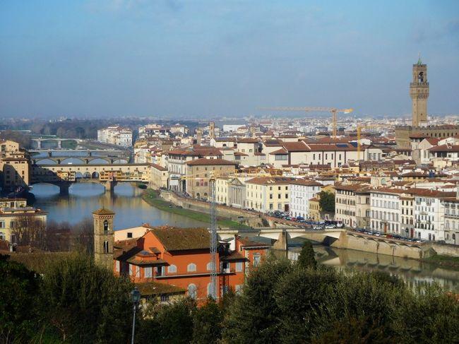 イタリアのトスカーナ地方(フィレンツェ、シエナ、ピサ、ルッカ)とナポリを巡りました。<br />気候は関西より少し暖かでしたが、曇り・ときどき雨の日が多く、なかなか晴れませんでした。<br />フィレンツェは、2002年5月にパック・ツアーで、2004年11月に個人旅行で訪問していて、14年ぶり、3回目の訪問。アルノ川とヴェッキオ橋の見える前回と同じホテルの同じ部屋に泊まれてラッキー。足が少し不自由だったので、市内ミニバスを活用しました。前回は、ほとんどの美術館が撮影禁止でしたが、今回はすべて撮影OKになっていました。<br />なお、下記に今回の旅行全体のアルバムがあり、スライド形式で見られます。<br />https://photos.app.goo.gl/8xSmD9L8dDd9iAEA2<br />トスカーナとナポリ紀行(2018/2) <br />