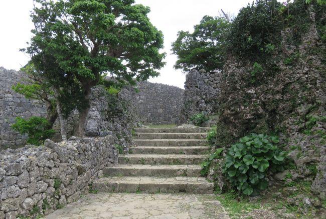 中城城は、標高150メートル以上の石灰岩質の丘陵上に築かれた山城です。南東側は15メートル以上の切り立った断崖、北西側は勾配のきつい傾斜面になった、守りやすく攻めにくい場所に建つ名城です。