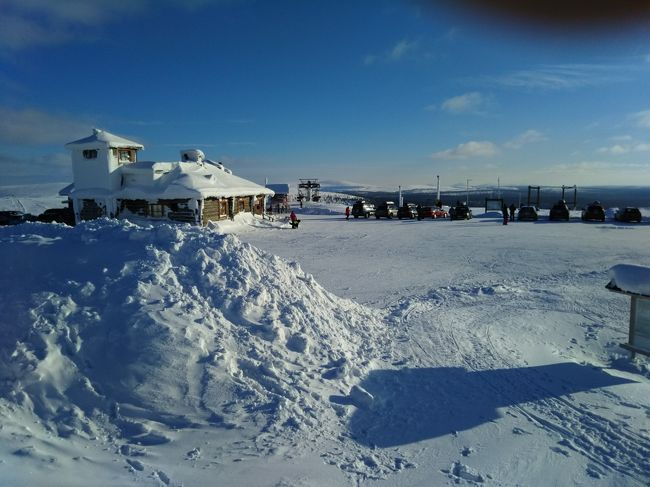 3月の後半に一週間休みをとって、フィンランドのラップランドとヘルシンキに、夫と2人で行ってきました。<br /><br />目的はオーロラを見ることだったので、サーリセルカに4泊、ヘルシンキには1泊。<br />サーリセルカ、ヘルシンキ間は飛行機。<br />ホテルと飛行機は、HISで手配。<br /><br />サーリセルカでは、ホテル内に事務所のあるミキトラベルさんで、トナカイそりツアー、犬ぞりツアー、オーロラツアーを手配してもらいました。<br />すばらしいオーロラが見られて、大満足。<br />