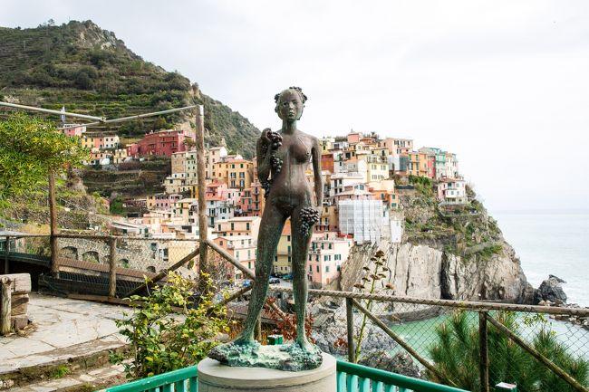 北イタリアの対象的な2つの絶景を巡る旅。<br />最初に訪れたのはリグーリア海に面した5つの村、チンクエ・テッレ。海沿いの崖にへばりつくようにカラフルな家が立ち並びます。シーズンオフで列車が1時間に1本と少なくて遊覧船も運航しておらず、営業している店も少なくて不便でしたが、その分観光客が少なくてゆっくりと街を巡り景色を眺めることができました。<br />次に訪れたのはアルプスの麓の街、アオスタ。古代ローマがガリアに通じる街道の要衝に築いた街で、街中や街道沿いに遺跡が多く残っています。当時の街の中心の通りが今もそのまま使われていて、往時の人々の息吹を感じられる街です。アオスタ・バレーに残る古代ローマ遺跡を訪れたほか、東にある谷を遡って誰もが知っている名峰の別の姿も楽しみました。<br /><br />☆?★?☆?★?☆?★?☆?★?☆?★?<br />【2】チンクエ・テッレを味わい尽くす・その1<br /> 2日間有効のチンクエ・テッレ・カードを使って5つの村を堪能します。まず初日は5つの村をひと通り巡り、2日目に深掘りするつもりです。<br /> 泊まっているリオマッジョーレから一番遠い西の端のモンテロッソ・アル・マーレから、順に戻りながら見ていくことにします。冬の閑散期のこの時期は列車が1時間に1本。モンテロッソ・アル・マーレ、ヴェルナッツァ、コルニリアは次の列車までの1時間で村を一巡りし、マナローラは時間に余裕があったので、家並みを見下ろす海辺の絶景カフェでカプチーノを飲みながらゆっくりして3時間ほど過ごしました。<br /> 5つの村はどれも個性的で、それぞれに良さがあります。明日深掘りするお気に入りの村はどこになるでしょうか?<br />☆?★?☆?★?☆?★?☆?★?☆?★?<br /><br /> 1 天気予報は8日間ずっと雨・・・(2018/3/2~3)<br />&gt;2 チンクエ・テッレを味わい尽くす・その1(2018/3/4)<br /> 3 チンクエ・テッレを味わい尽くす・その2<br /> 4 雨のち晴れ<br /> 5 リオマッジョーレ最後の散歩と絶景カフェ<br /> 6 チンクエ・テッレの絶景ドライブ<br /> 7 モンテ・チェルビーノ 誰もが知ってる名峰の別の顔<br /> 8 古代ローマ都市アオスタのローマ遺跡巡り<br /> 9 イタリアとガリアを結ぶアオスタ・バレーのローマ遺跡三昧<br />10 雨に煙る古城