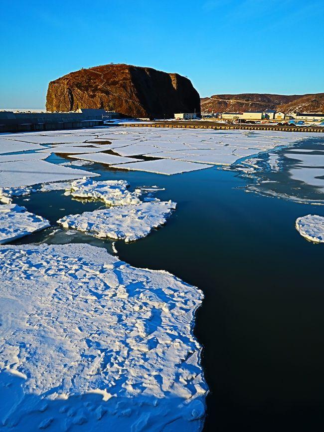 ウトロ-2 ウトロ漁港 海明け前の夕刻・人影なく ☆流氷の海を見つめて<br /><br />ウトロは、北海道オホーツク総合振興局斜里郡斜里町にある地名である。漢字表記は宇登呂。語源はアイヌ語の「ウトゥルチクシ」であり、「その間を-我々が-通る-所」という意味である。<br />斜里市街から国道334号を知床岬方面に約50キロの位置にあり、斜里市街からの所要時間は自動車でおよそ40分程度である。<br />ウトロ港に知床観光船などの遊覧船乗り場があり、温泉街(ウトロ温泉)が広がっている。また、カムイワッカ湯の滝や知床五湖へ行くための道道93号の入口にもなっている。国道沿いのウトロ港東側の海岸は夕日のビューポイントである。<br />知床峠を挟んだ羅臼町と共に知床観光の拠点となる場所で、2007年(平成19年)に道の駅うとろ・シリエトク、2009年には知床世界遺産センターが開設された。知床が世界遺産に登録されたことによる観光収益が期待されているが、同時に観光客の増加による環境破壊も懸念されている。厳冬期には流氷が押し寄せ、地元の観光業者による「流氷ウォーク」のツアーが催行される。また、運がよければオジロワシなどの観察もできる。<br />平均的にはオホーツク海に面する海洋性気候のため、周辺地域と比べると冬は冷え込みが弱く温暖で、過去最低気温は-20.9℃と高く、夏は真夏の日中でも平均で23度前後と比較的冷涼である。<br />(フリー百科事典『ウィキペディア(Wikipedia)』より引用)<br />