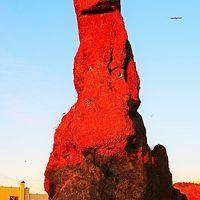 ウトロ-3 ゴジラ岩 赤銅色に染まって・夕日の名所 ☆知床半島の付け根