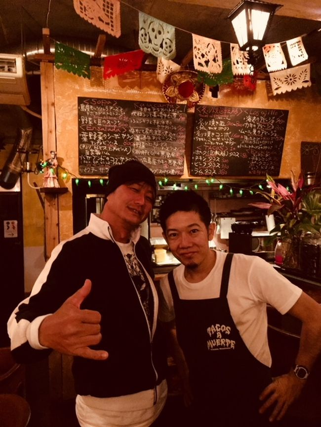 皆様こんにちは!ウォータースポーツカンクンの店長吉田です。先月3/18以降、長くご無沙汰をしてしまいました。毎年の事ですが、店長お休みをいただきまして日本に一時帰国をいたしておりました。一年に一度だけ日本に帰国をさせていただいているのですが、今年もこの時期、、、はい。。。カンクンは感謝祭に重なり大変混雑をしますが、日本のお客様は最も少ないいわば閑散期ですので、子供の春休みにあわせてちょっとだけ休暇をいただきリフレッシュさせて頂きました。皆様、ありがとうございましたm(_ _)m<br /><br />カンクン便りですが、その間レポートが出来る状態になく、、、皆さまには大変ご迷惑をおかけしてしまいました。この場を持ちまして心よりお詫び申し上げます。<br /><br />というわけで、今回は、店長吉田の日本帰国の旅を、カンクン便りにも関わらず日本帰国旅行レポートになります。店長吉田が一体帰国では何をしているのか。。。ご紹介です(笑)<br /><br />では、スタート!<br /><br />ボクは、毎回この時期に帰国をする。子供の春休みにあわせて日程調整をするのだが、こっちの学校はセマナサンタ(復活祭)にあわせて休みを設定する為、いつも時期が3月から4月で前後する。<br /><br />復活祭というのは、春分の日の最初の満月の次の日曜日というなんともややこしい設定になっているが、これも説明すると長くなるので端折って説明すると、イエスキリストがエルサレムに入り十字架にかけられ、三日月の日に復活するまでの期間という事が由来になっている。<br /><br />なんと言っても、メキシコは94%がカトリックという国だから、偶像崇拝たるイエスの存在は絶大だ。ちなみに、プロテスタントは、この偶像崇拝を否定した経典主義というもので、カトリックが新約聖書を経典とするに対して、プロテスタントは旧約聖書を経典としている違いがある。<br /><br />この旧約聖書と新約聖書の違いは何かといえば、旧約聖書がキリストの教えを純粋に説いているのに対して、新約聖書の方は、これを基にしたイエスのその後の活動の物語を語っているという大きな違いがある。<br /><br />仏教で例えるならば、仏典を重視するのがプロテスタントで、親鸞や空海といった布教した各宗派の創始者を祭り上げたのがカトリックという感じか。まー、端折りすぎてはいるので、簡単に理解するという趣旨をご理解願いたいのだけれど、だからこそ、仏像のように、イエスの磔刑像など、「目に見えるカタチ」というものがとても重要な宗教がカトリックという事は理解できると思う。<br /><br />その結果、イエスの磔刑は象徴的なものとなり、、、哲学になり、それがはたまた様々な啓蒙にまで発展をしていく。。。先日、ボクが読んだ面白い本には、焼き鳥とエビフライは、イエスの磔刑図と同じである。。。なんていう哲学書まであった(笑)<br /><br />宗教といっても、偶像崇拝というのは、ある意味、観念的なものではなく、より象徴的な直感的なものであるから、その根底に存在する見せる側の見せ方については実に様々な研究がされているわけで、先のエビフライとキリストの磔刑図の絡みは、宗教的な部分を揶揄したりしているものではなく、純粋に何故キリストの像は磔刑になっているのか。。。という部分から掘り下げていき、本来、肉体としての死であるイエスの体を、磔刑というカタチにすることで、混とんとしたカオスから秩序を生みだし、そこに崇高な宗教のカタチというものが形成されていく。。。そんな観点から、焼き鳥もまた、何故やきとりたる存在であるのか、、、という哲学にまでくし焼きを発展させた話だった(笑)<br /><br />まぁ、このくだりは復活祭の話から脱線してきたので軌道修正。。。(苦笑)<br /><br />時期が若干ずれるとは言っても、それが春分の直後の春先であるのは同じなので、日本に帰国する時はいつも桜前線とボクの旅の時期は重なっている。なんかロマンティックだな(笑)<br /><br />というわけで、最も早い春の息吹が訪れ、また日本では最も早い海開きがある八重山諸島は石垣島に、今年もまた行って来た。ボクがASAのヨットインストラクターで、その教え子であるセーラーが石垣に移住していることが縁とはいえ、正直、美しい海という意味ではカンクンで満足しているボクとしてはあえて、また海がメインになる八重山まで足を延ばすことに抵抗がないことはないのだけれど、ま、歳を取ると気の置けない友人のいる場所に足が向くのは仕方がないのかな(笑)<br /><br />彼はボクの教え子とはいいながら、ボク自身がまだなしどけていない太平洋横断を達成しているので