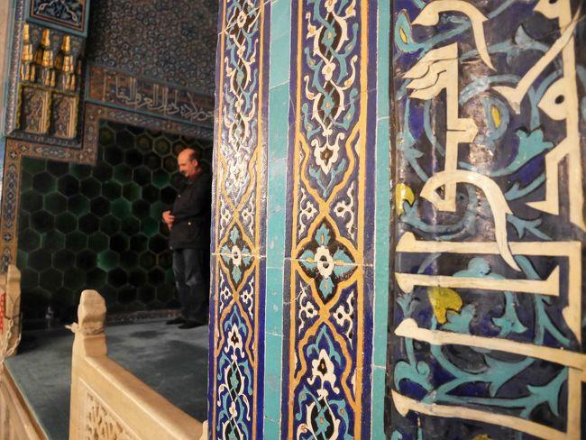 オスマン朝最初の首都で、現在はトルコ第4の都市であるブルサを旅してきました。<br /><br />歴史的魅力にあふれ自然豊かなこの街で、美味しいものを食べて、美しいモスクを見学して、人懐こい地元の方々と触れ合って。「また来たい!」かなりそう思える、素晴らしい街でした。<br /><br />1日目の旅のラインナップは以下のとおり。<br />*侮るなかれ、トルコの3連休!(移動について)<br />*ブルサ名物イスケンデルケバブの名店へ<br />*美モスク巡り(ウル・ジャーミィ、イェシル・ジャーミィ)<br />*校長先生直伝、ブルサのオススメ情報<br />*市場&隊商宿巡り<br />*突撃、同僚宅訪問!トルコ的BBQを楽しむ<br />以上です。<br /><br />---<歴史をざっくり>-------<br />13世紀後半のアナトリアは、東は弱体化したセルジューク朝(チンギスハンに追われたトルコ系遊牧民族が中央アジアから西へどんどん流れてくる)、西は混乱気味のビザンツ帝国、南はマムルーク朝、そして中・東部にトルコ系遊牧民族の小国家が乱立し、戦国時代を迎えていました。<br /><br />そんな中、台頭してきたのがトルコ系諸部族出身の「オスマン一族」。初代のオスマン1世が、ビザンツ帝国のコンスタンティノープルにほど近い場所に侵攻。オスマン朝の礎を築きました。オスマン1世は、ビザンツ帝国第3の都市ブルサを包囲中に命を落としますが、1326年に息子のオルハンがブルサ攻略に成功。ブルサを首都として、国家を形成していきます。