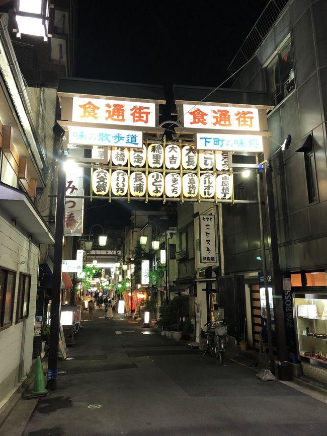 ニューヨークで本格的な日本のお寿司を提供するとして、地元の寿司オタクに人気のある2店があります。「牛若丸」と「Sushi Inoue」は現地のグルメメディアが作成したお勧め寿司レストランのリストには、必ず載ると言ってもいい位高く評価されていますが、両店共にニューヨークのミシュランガイドの星を獲得したことで、実力と評判を確固たるものとしました。<br /><br />この2店で食事をしたことがありますが、各大将(栗原氏、井上氏)の寿司に対する強いこだわりが感じられ、味は日本で食べられる上級の寿司と変わらなく、自分が従前抱いていたアメリカの日本寿司のイメージとは似て非なるものでした。以下の動画を見て知りましたが、両氏は浅草にある金太楼鮨という大衆的なお寿司さんの出身です。<br />https://www.youtube.com/watch?v=i9BB_gIs1fM<br /><br />栗原氏と井上氏の素晴らしい寿司シェフ2名を生んだ金太楼鮨がどのようなお寿司屋さんなのか興味を抱き、ぜひ一度食べなければと考えていました。先日食べてきましたので、夜の浅草を少し散策した時の写真も含め、ここで紹介したいと思います。<br />