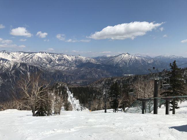 東京でも記録的な低温になり、全国的にも寒い冬だった2017~18の冬。大雪のニュースも頻繁に話題になり、今年はスキーシーズンも長いかな、と思っていたのですが、3月になってから一気に暖かくなり、雪がどんどん溶けていく。春スキーの営業を早々と打ち切るスキー場も多く、これは長くは滑っていられない。4月20~22日の札幌出張の翌日の休み、この日が今季最後の滑りになりそう。さて、どこで滑ろうか。定番のニセコもいいけれど、まだ足を伸ばしたことがないスキー場に行ってみよう。選んだのが前から気になっていた大雪山黒岳スキー場。札幌から旭川に移動し、レンタカーで向かいます