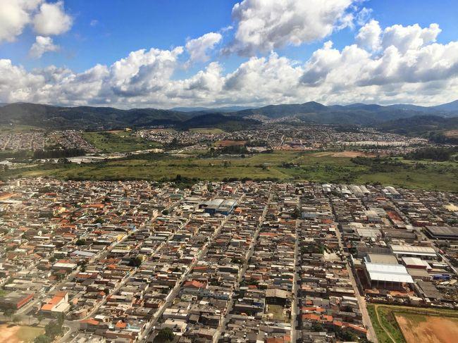 P3です。<br />少々前の出張ですがブラジルに行ってきました。<br />医療機器関係の開拓でサンパウロ、ソロカバおよびクリチバを周ってきました。<br />観光もほとんどできずにあまり写真も撮っていませんが、当時を思い出して投稿します。<br />当時当地(北米)からサンパウロには、ユナイテッドでJFK経由、アメリカンがダラスやらJFKやらマイアミ経由、加えてエアカナダがトロント経由で入れました。一緒に出張した同僚はアメリカン縛りなのダラスからの夜行便。私はエアカナダが一番料金安かったのでトロント経由での往復です。<br />4月5日  当地発トロント経由(夜行便での)サンパウロ<br />4月6日~ サンパウロ/クリチバ/ソロカバ<br />4月10日  サンパウロ発(夜行便)トロント経由帰国(4月11日着)<br /><br />ではおつきあいください。