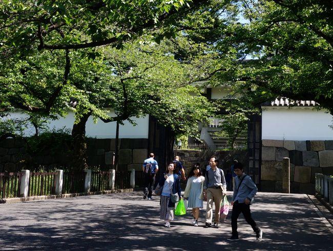 """5月4日、九段北の丸公園にある東京国立近代美術館に横山大観展を見に行きます。<br /> 大観の生誕150年を記念する展覧会だけあり、生々流転を始め大作が並び、見応えある展示会でした。<br /> しかし連休の為か会場内は大混雑、歩を止めて鑑賞するのは不可能、人波に押され流れ作業の如き鑑賞となります。<br /> 会場を出て来ると隣の公文書館で、江戸幕府最後の闘いー幕末の文武改革展を行っているので入ります。<br /> ここに展示されているのは全てが本物の歴史資料、本物に接する喜びがあります。<br /> 次いで近代美術館工芸館に回ります、昔の近衛師団司令部の建物で煉瓦造り、明治の西洋館として国の重文に指定される建物です。<br /> 展示会は""""名工の明治""""、明治時代の名工の作品が並び素晴らしい作品ばかりでした。<br /> 見学後は北の丸公園を横断し田安門から退出、田安門の向かいは靖国神社、久し振りに境内を一巡します。<br /> 多くの参詣人と共に私も国家安康を祈願しました。<br /><br />   表紙の写真は北の丸公園の入口、田安門です。<br />"""