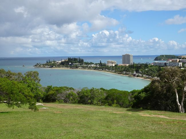 GWの8日間でニューカレドニア、バヌアツ、ソロモン諸島、パプアニューギニアに行ってきました。<br /><br />ニューカレドニアはイルデパン島など海の綺麗なリゾート地として有名ですが、今回はバヌアツへの乗り継ぎのために1泊した首都ヌメアを半日ほど散策しただけです。<br /><br /><旅程><br />【1日目(4/28土)】<br /> 中部7:40→成田8:50(NH338)<br /> 成田12:30→ヌメア23:05(SB801)<br /> ヌメア泊<br />【2日目(4/29日)】<br /> ヌメア16:20→ポートビラ17:25(SB230)<br /> ポートビラ泊<br />【3日目(4/30月)】<br /> ポートビラ~タンナ島<br /> タンナ島泊<br />【4日目(5/1火)】<br /> タンナ島~ポートビラ<br /> ポートビラ泊<br />【5日目(5/2水)】<br /> ポートビラ8:00→ホニアラ10:00(PX83)<br /> ホニアラ泊<br />【6日目(5/3木)】<br /> ホニアラ10:50→ポートモレスビー12:10(PX85)<br /> ポートモレスビー15:20→ラバウル16:45(PX274)<br /> ラバウル泊<br />【7日目(5/4金)】<br /> ラバウル泊<br />【8日目(5/5土)】<br /> ラバウル6:50→ポートモレスビー8:10(PX275)<br /> ポートモレスビー14:20→成田20:05(PX54)<br /><br />バヌアツ・ポートビラ編<br />https://4travel.jp/travelogue/11356801<br />バヌアツ・タンナ島編<br />https://4travel.jp/travelogue/11357123<br />バヌアツ・エファテ島編<br />https://4travel.jp/travelogue/11357482<br />ソロモン諸島編<br />https://4travel.jp/travelogue/11358065<br />パプアニューギニア・ラバウル編<br />https://4travel.jp/travelogue/11358771<br />パプアニューギニア・ポートモレスビー編<br />https://4travel.jp/travelogue/11358879<br /><br /><主な旅費><br />・航空券(NH):総額7,150円<br />・航空券(SB):総額51,090円<br />・航空券(PX):総額129,340円