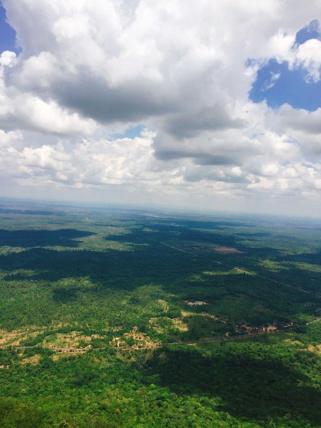 東南アジア好き、遺跡好きにも関わらず、なぜかこれまで一回も訪れたことのなかったカンボジア。<br />休みの日数的にも気分的にもいい感じだったので、やっと行ってきました。<br />1都市滞在で、全日程ともシェムリアップに宿泊しました。<br /><br />*プリア・ヴィヘアは、カンボジア旅でアンコールワットと同じくらい楽しみにしていた場所。アクセスが多少悪くても関係ない!<br />山頂からの景色は、カンボジアに来て心から良かったと思わせてくれるものでした。<br /><br />==旅程==<br />5/2 移動(関空-ハノイ-シェムリアップ)<br />5/3 アンコール遺跡めぐり<br />5/4 ベン・メリア<br />5/5 プリア・ヴィヘア<br />5/6 トンレサップ湖、移動(シェムリアップ-ハノイ-関空)<br />5/7 帰国<br />======