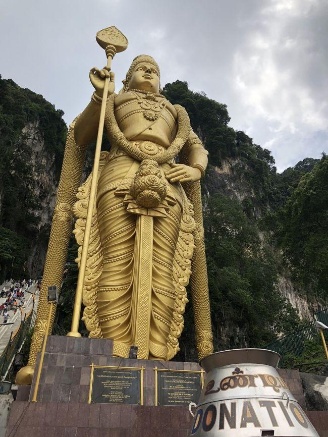 この春から長男がクアラルンプール駐在に。<br />ということで、今年のGWは行くしかないでしょうとマレー半島へ。<br />ついでにシンガポールに立ち寄ることに。<br /><br />ANAの特典航空券で予約を入れたが、往きはシンガポール直行便がとれず羽田発ジャカルタ乗継に、帰りはクアラルンプールから成田便。<br />これに合わせて行程を以下のように決定。<br /><br />4/26(木)広島⇒羽田(泊)<br />4/27(金)羽田(ANA)⇒ジャカルタ(SQ)⇒シンガポール<br />4/28(土)シンガポール観光<br />4/29(日)シンガポール観光後、(SQ)⇒クアラルンプール<br />4/30(月)バトゥ洞窟、クアラルンプール市内観光、長男に合流<br />5/1(火)三井アウトレットモール、ピンクモスク、ブルーモスク観光<br />5/2(水)クアラルンプール(バス)⇒マラッカ(泊)<br />5/3(木)マラッカ(バス)⇒クアラルンプール<br />5/4(金)クアラルンプール観光&ショッピング<br />5/5(土)クアラルンプール(ANA)⇒成田・羽田⇒広島<br /><br />羽田で1泊、シンガポールで2泊、クアラルンプールではホテル1泊、長男宅4泊、そしてマラッカへ1泊旅行と合計で9泊10日。<br />長男宅に泊まれることもあって思いのほかに長い行程に相成りました。<br />クアラルンプールでは長男の車を使えることもあって、マラッカ行以外は事前には余り決めず、結果上の行程に。<br /><br />4日目の夜、クアラルンプールインだったため、5日目が実質的にマレーシア初日。<br />KLセントラル駅前のアロフトホテルに宿泊、シンガポールのホテルに比べるとかなり余裕あり。<br />ここもTrip.comで予約、日本円で1泊1万円切ってた、コスパ最高だ。<br />この日の夜長男が車でホテルまで迎えに来る。<br />AMはホテルのプールで寛ぎ、その後ヒンドゥー教の聖地バトゥ洞窟へ。<br />昨年アンコールワットでヒンドゥー教の寺院・聖地を回ったが、バトゥ洞窟には厳かな雰囲気は余り無し。でも楽しめます、クアラルンプールの都心からも近いので、マスト観光地。<br />その後、クアラルンプール市内に戻り定番ペトロナスツインタワーを観光。<br />夕方、アロフトに戻り無事長男と合流。<br />ミッドバレーのメガモール内の中華を食べ今回の旅の拠点となる長男宅にチェックイン!<br />
