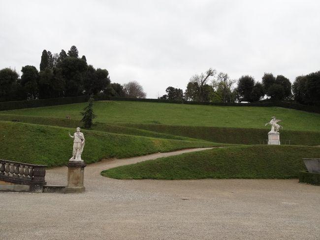 天気が良く、暖かくなってきたので、ピッティ宮の庭園巡りに。半額になることを期待して開館時間に行きましたが、正規料金でした。10ユーロ。