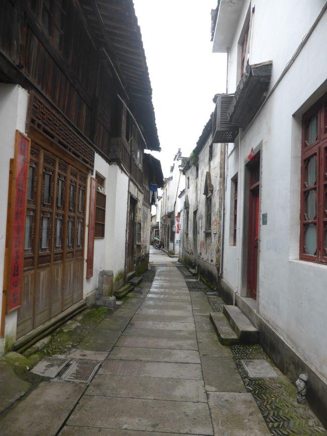 今年のGWは4連休と短いため、取り敢えず早くに上海往復で航空券をおさえたけれど、そこから先の行き先決めは難航。<br /><br />強行日程になりそうだけど黄山近くにある世界遺産、安徽南部の古村落に行きたかったので、黄山に決定。しかし、国内線のスケジュール変更で乗り継ぎ不可になり、一度は諦めて杭州とか上海ディズニーランドとかにしようかとも思いましたが、やはり古村落が諦めきれず、上海から鉄道で黄山を目指すことに!<br /><br />****************************************************<br /><br />安徽省南部には白壁の古民家が並ぶ町がたくさんあるのですが、前日行った宏村に続き、この日は徽州古城へ。観光客でいっぱいの宏村とは違い、こちらは観光客も少なく、ひっそりとした路地と賑やかなショッピングストリートが分かれた素敵な場所でした。<br />