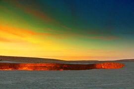 74歳の初体験は、紅焔の淵で/「炎と闇の絶景が閉鎖」って本当?【地獄の門へ-2(Darvaza Gas Crater編)】