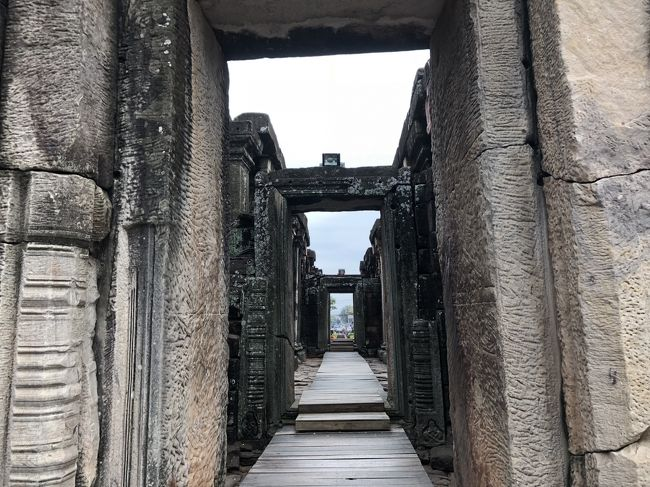恒例の陸路縦断研修旅行。2018年はベトナム中部から南ラオス、タイの南イサーンを通ってバンコクに向かうルート。17回目は、「ナコンラーチャシーマ」到着から、そのままピマーイ遺跡に向かった部分から、ピマーイ遺跡を見学した後、夜ナコンラーチャシーマに戻り、旧市街を散策2016年の同時期に行ったお店を再訪しました。