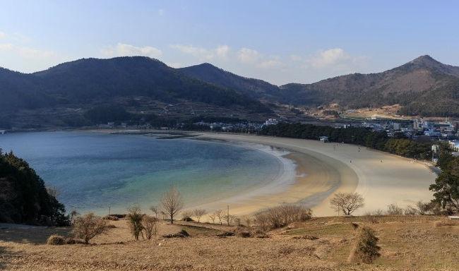 慶尚南道・南海(ナメ/남해)には家族や恋人とゆっくりと散歩が楽しめるデートコースがあります。それがこちらの<尚州銀砂ビーチ(상주은모래비치)>です。冬の慶尚南道で波の音を聞きながら、浜辺を歩くことができる特別な場所です。