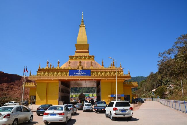 行程<br />1日目 ベトナム・ハノイからラオス・ルアンパバーン(Luang Prabang)へ移動<br />2日目 ルアンパバーン観光<br />3日目 ルアンパバーンからラオス・ルアンナムタ(Luang Namtha)へ移動<br />4日目 ラオス・ボーテン(Borten)から中国・モーハンへ日帰り陸路国境越え ■今回の旅行記■<br />5日目 ルアンナムタでトレッキング<br />6日目 ルアンナムタからタイ・チェンライ(Chiang Rai)へ移動<br />7日目 タイ・メーサーイ(Mae Sai)からミャンマー・タチレイ(Tachileik)への日帰り国境越えとゴールデントライアングル観光<br />8日目 タイ・バンコクへの移動<br />9日目 タイ・カンチャナブリ(Kanchanaburi)へ移動、泰緬鉄道・戦場に架ける橋観光<br />10日目 カンチャナブリ観光、バンコクへ移動<br />11日目 ハノイへ移動<br /><br />⇒:空路 →:バス --&gt;:鉄道<br />ハノイ⇒ルアンパバーン→ルアンナムタ→ボーテン・モーハン国境→ルアンナムタ→ファイサイ・チェーンコーン国境→チェンライ→メーサーイ・タチレイ国境→ゴールデントライアングル→チェンライ⇒バンコク--&gt;カンチャナブリ→バンコク⇒ハノイ<br /><br />目的<br />インドシナ半島の縦横断と陸路国境越え<br />中国が主導する南北回廊ラオス北部の状況視察<br />ゴールデントライアングル観光<br />泰緬鉄道乗車<br /><br /><br />中国・モーハンへの日帰り国境越えにあたりルアンナムタ市内近くのバスターミナルに行きました。<br />遠方行きバスターミナルは市内からかなり遠いですが、近郊行きターミナルは中心部から歩いて10分程です。<br /><br />十数人乗りのバスが止まっていましたが、人数が集まるまで出発しないと言われました。<br />一人で行くなら150USD程度で吹っ掛けられたと思います。<br />日帰り国境越えで時間も限られていたので待つ時間がもったいなく、ツアーデスクに引き返し、バイクタクシーを一日チャーターして国境の街ボーテンに向かうことにしました。<br /><br />ボーテンの街中は3つに分類できると思いました。<br />・昔から存在するローカルの建物<br />・2012年頃までに中国の投資で建てられた建物<br />・最近になって中国の投資で建てられた建物<br /><br />ボーテンは数年前に一度中国の投資でカジノなどが作られました。<br />売春・殺人・覚醒剤などあまりにも治安が悪化しすぎて数年前にラオス政府によってお取りつぶしになっていましたが、<br />ここ数年になってまた中国による投資ラッシュが始まっています。<br />中国の一帯一路構想の一部である南北回廊の重要拠点です。<br />